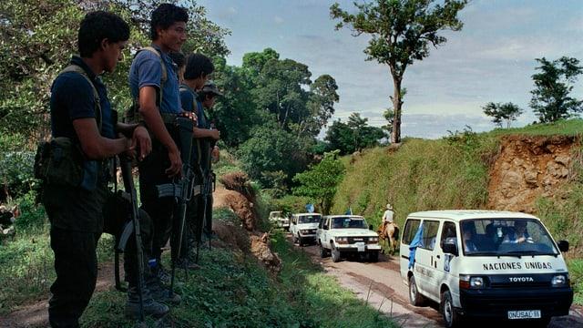 Bewaffnete FMLN-Rebellen empfangen 1991 am Strassenrand UNO-Vertreter im Konfliktgebiet Chalatenango