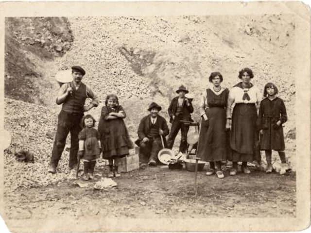 Abgebildet ist eine Familie von Bündner Jenischen mit entsprechenden Gerätschaften.