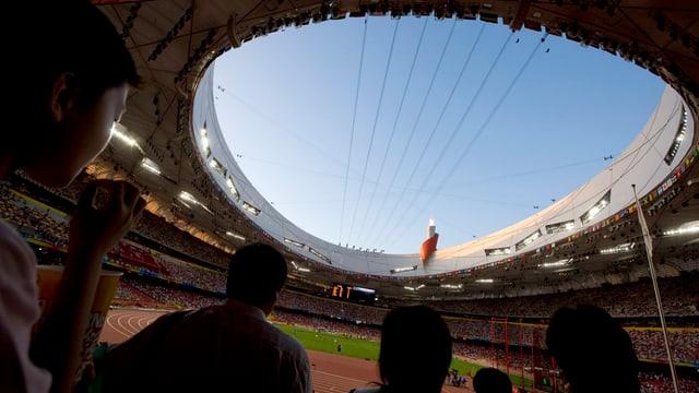 Blick ins Stadion mit gefüllten Rängen.
