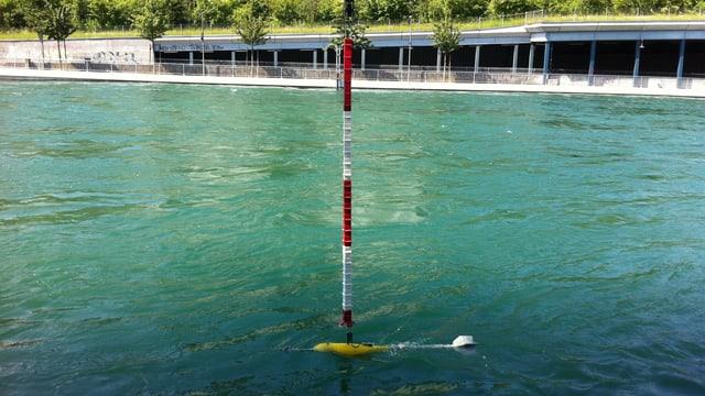 Ein Gerät misst die Wassergeschwindigkeit in der Reuss.