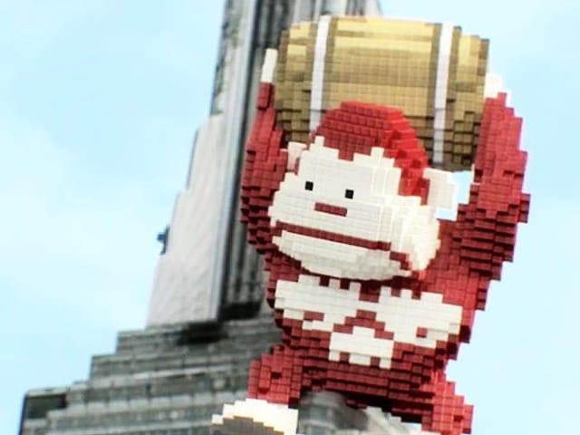 Pixliger Donkey Kong hält ein Fass über dem Kopf.
