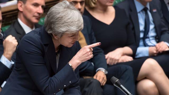 Purtret da Theresa May en il parlament.