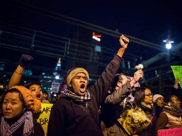Demonstranten mit erhobenen Fäusten