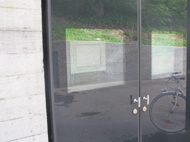 Bildschirm hinter Glastüren.