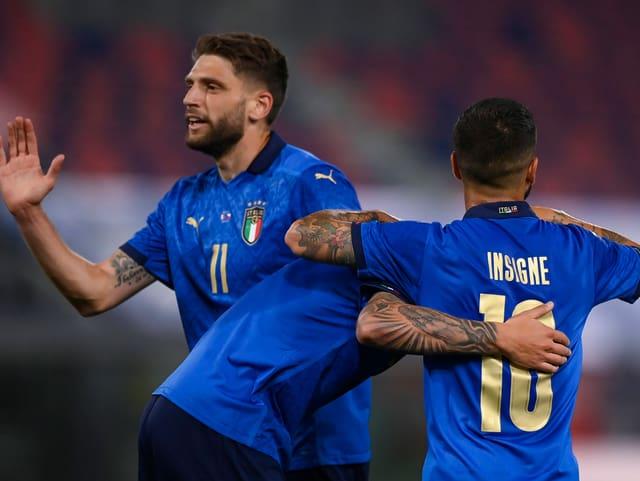 Italiens Domenico Berardi (links) lässt sich zu seinem 4:0 gratulieren.
