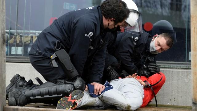 Polizei nimmt Mann fest.