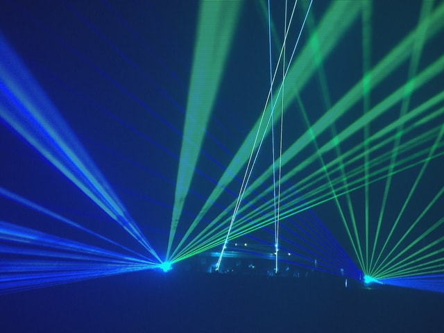 Laserstrahlen in Diskothek.