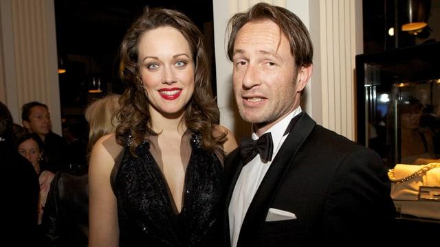Tanja Gutmann im schwarzen Abendkleid gemeinsam mit ihrem Partner Siro Micheroli, der einen schwarzen Anzug trägt.