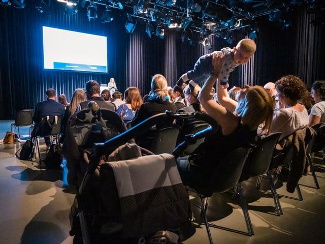 Eine Referentin und ihr Publikum beim SRF Familien-Forum.