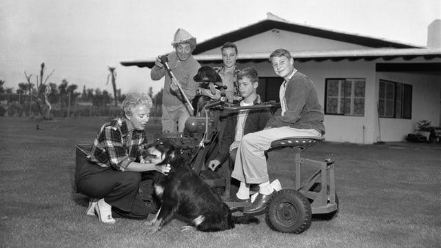 Auf dem Bild ist Harpo Marx mit seiner Familie zu sehen.