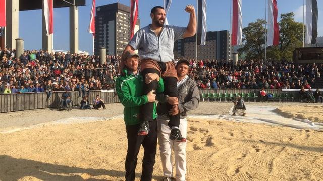 zwei Schwinger tragen den Sieger Daniel Bösch in der Olmaarena