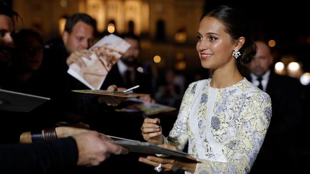 Alicia Vikander schreibt Autogramme am ZFF.
