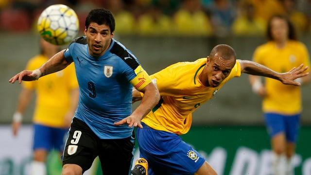 Uruguays Luis Suarez (links) gegen Brasiliens Miranda.