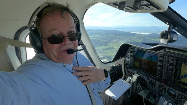 Mann in Flugzeug