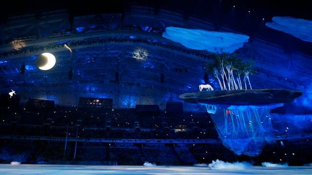 Mit einer farbenfrohen Show zeigt Russland seine Entwicklung von der Antike in die Neuzeit auf.