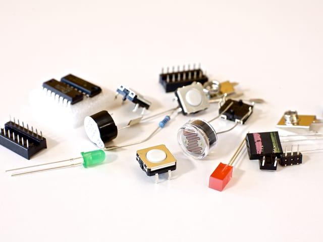 Taster, Lampen, Chips und andere eletronische Bauteile aus dem Bausatz.