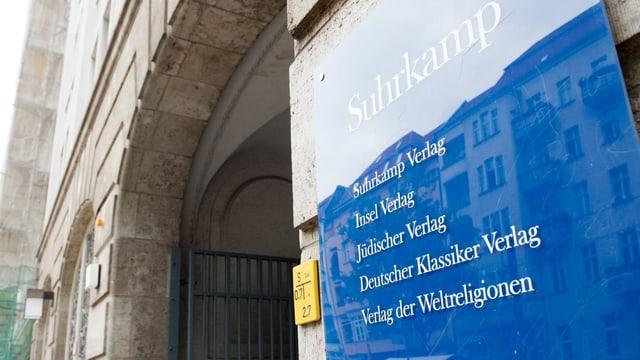 Der Eingang zum Verlagshaus von Suhrkamp in Berlin.