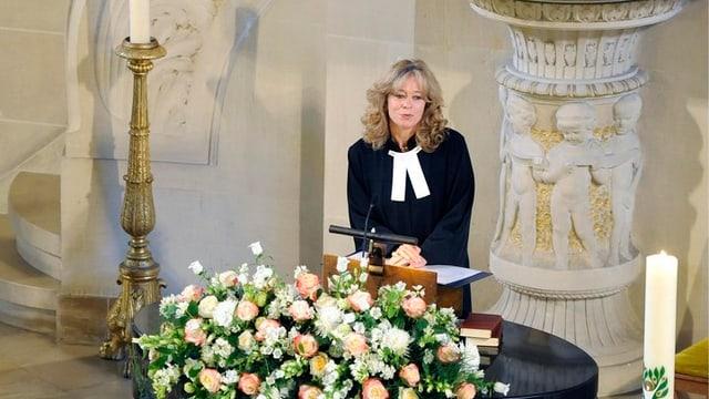 Pfarrerin bei einem Trauergottesdienst.