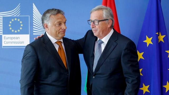 Jean Claude Juncker legt Arm auf die Schulter von Viktor Orban