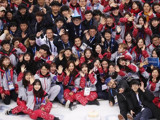 Volunteers posieren für ein Foto.