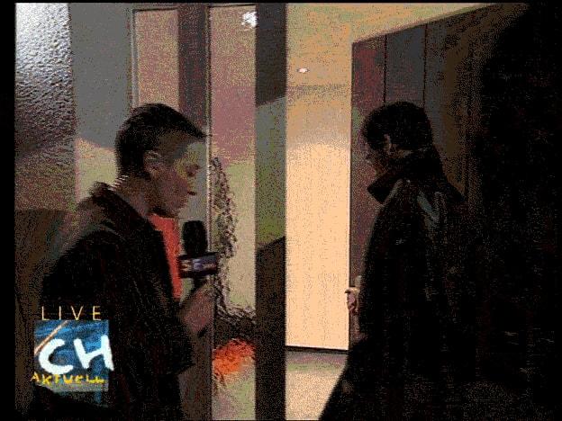 Ein Mann öffnet per Fingerscan eine Haustüre.