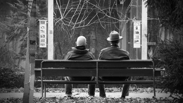 Zwei Senioren auf einer Parkbank in Olten