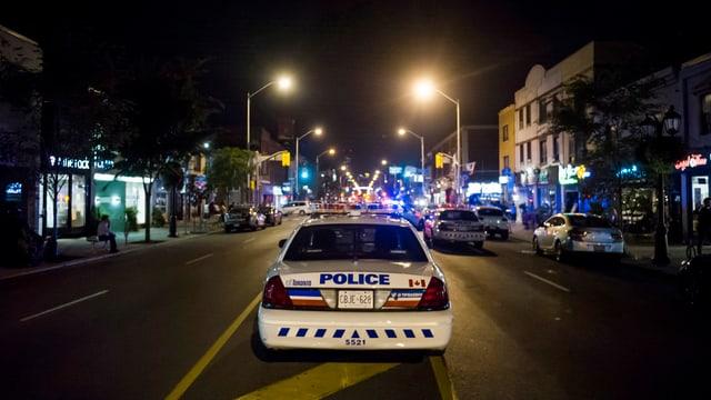 Purtret d'in auto da polizia a Toronto.