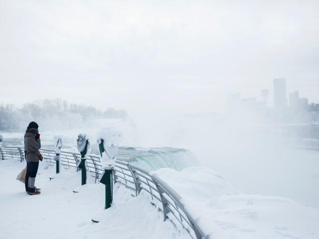 Aussichtsplattform über den Niagarafällen, Besucher schauen über das Wasser