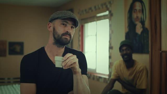 Man sieht Gentleman, der Kaffee trinkt.