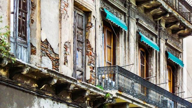 Hausfassaden mit altem Putz, der bröckelt
