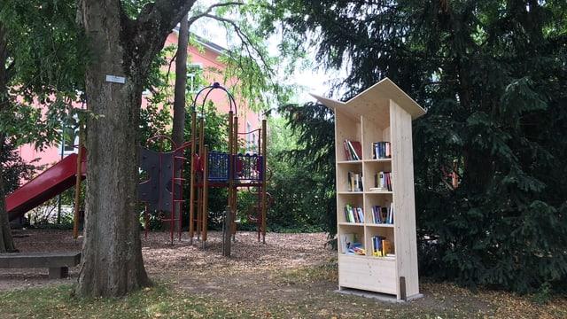 Bücherschrank auf einem Spielplatz.