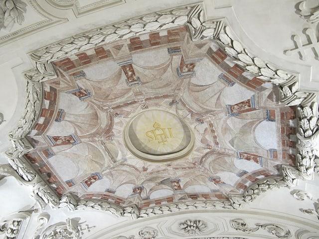 Blick an die Decke auf Fresken und Deckenmalereien.