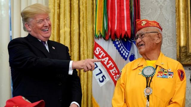 Zu sehen ist ein gut gelaunter Donald Trump während einer Ehrung von Navajo-Indianern im Weissen Haus.