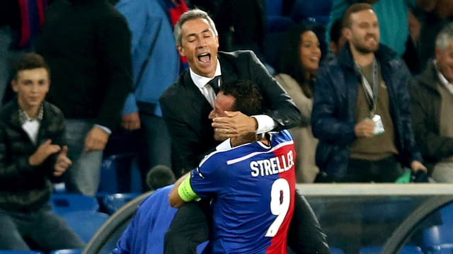 Marco Streller hebt Trainer Paulo Sousa hoch.