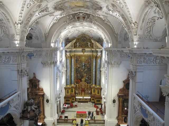 Blick von oben - neben der Orgel - hinunter auf das Kirchenschiff.