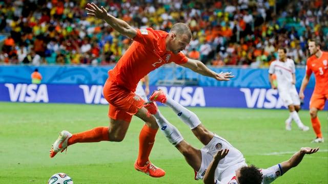 Ron Vlaar in einem Zweikampf im Viertelfinal gegen Costa Rica.