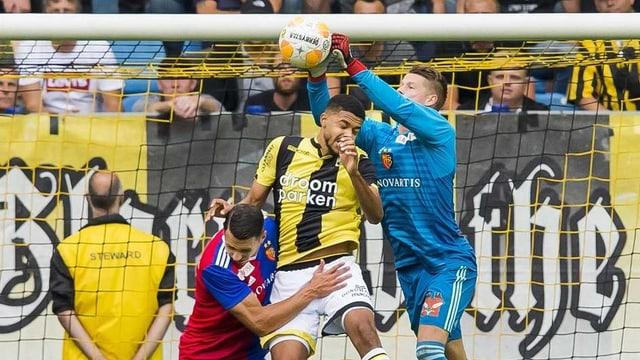 Jonas Omlin, der Torhüter des FC Basel setzt sich gegen einen Spieler von Vitesse Arnheim durch.