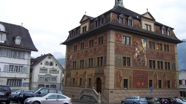 Hauptplatz mit Rathaus in Schwyz.