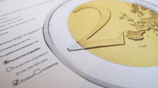 Eine Euro-Münze über dem Formular einer Pensionskasse