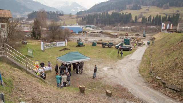 La zona da bajegiar Grüneck cun las maschinas che fan il stgavament.