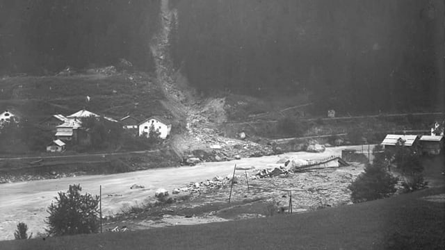 Fotografia en alv e nair da la bova che è passada il 1927 tras il vitg da Tavanasa