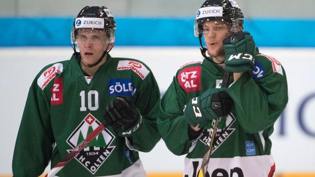 Zwei Eishockeyspieler.