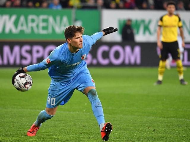 Augsburg-Keeper Gregor Kobel bei einem Auswurf