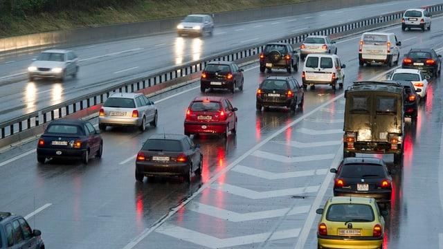 Viele Autos auf der Autobahn, auf der einen Fahrseite hat es Stau.
