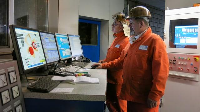 Arbeiter in der Stahlküche von Schmolz und Bickenbach.