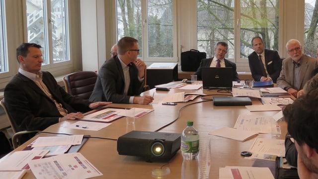 Sitzungstisch mit Gemeinderäten