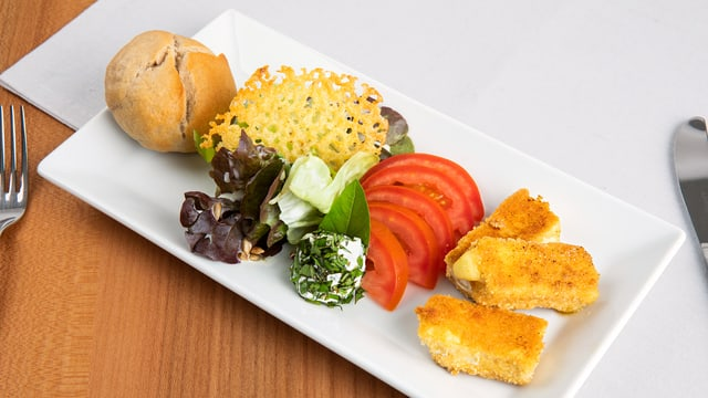Grüner Blattsalat mit Urnäscher Edelweisskäse