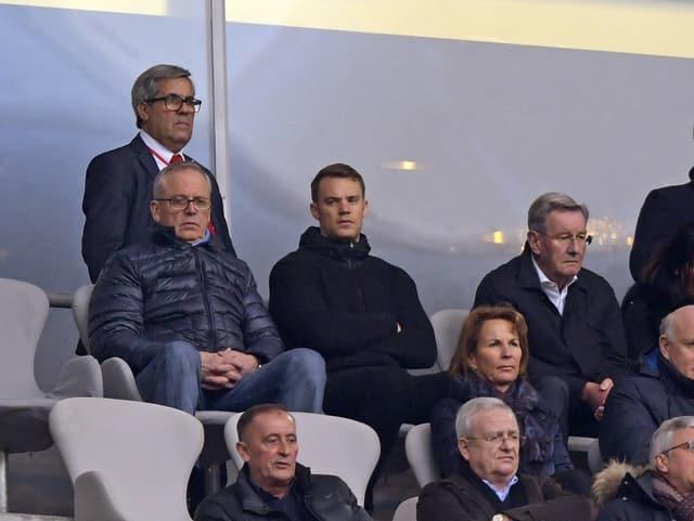Manuel Neuer auf der Tribüne