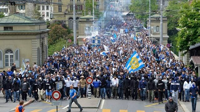Teils vermummte GC-Fans marschieren vor dem Cupfinal am Sonntag mit Knallkörpern zum Berner Stade De Suisse.