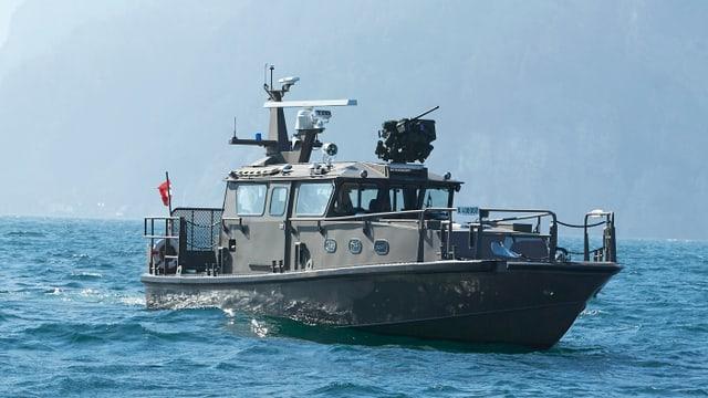 Ein militärisches Patrouillenboot auf einem See.
